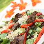Karstie vistu akniņu salāti ar grillētu papriku