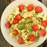 Pasta ar zaļo pesto, vistu un ķiršu tomātiņiem