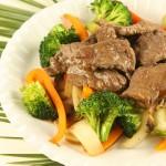 Liellopa gaļa austeru mērces marinādē ar brokoļiem