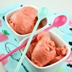 Kokospiena un zemeņu saldējums (vegāniskais)