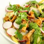 Siltie gaileņu salāti ar sviesta pupiņām