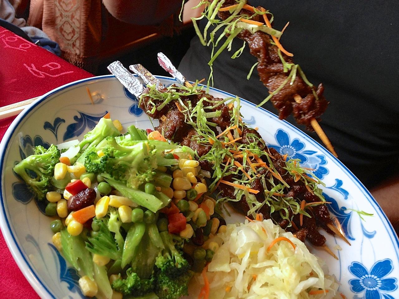 Liellopa gaļas šašliks ar piedevām ķīniešu restorānā 'Shangri-la'