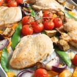 Krāsnī cepta vistas krūtiņa ar dārzeņiem