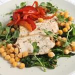 Auna zirņu, vistas un karamelizētas paprikas salāti