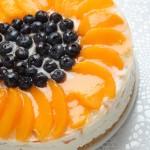 Biezpiena kūka ar augļiem un marmelādi