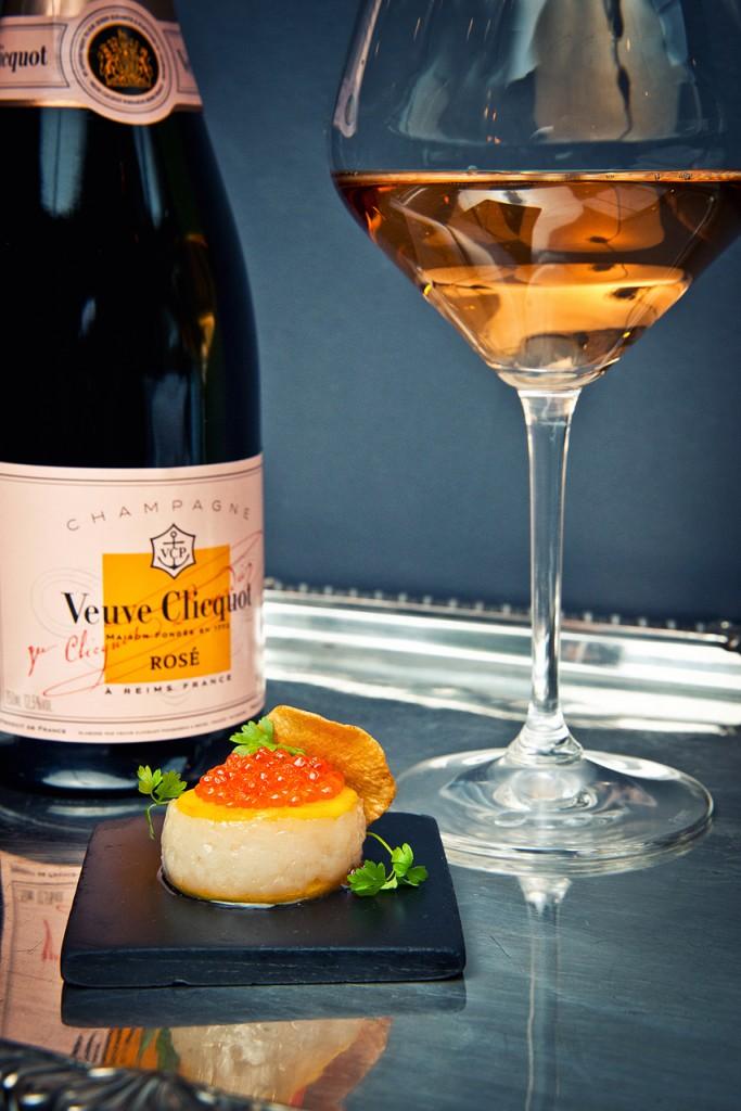 """Restorāns """"Bergs"""" - Jūras ķemmītes karpačo, savvaļas foreļu ikri ar rīsu kraukšķi, šampanietis - """"Veuve Clicquot"""" Rosé Brut"""
