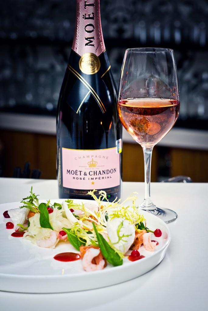 """Glāze šampanieša """"Moët & Chandon"""" un uzkoda zivju restorānā """"Le Dome"""""""