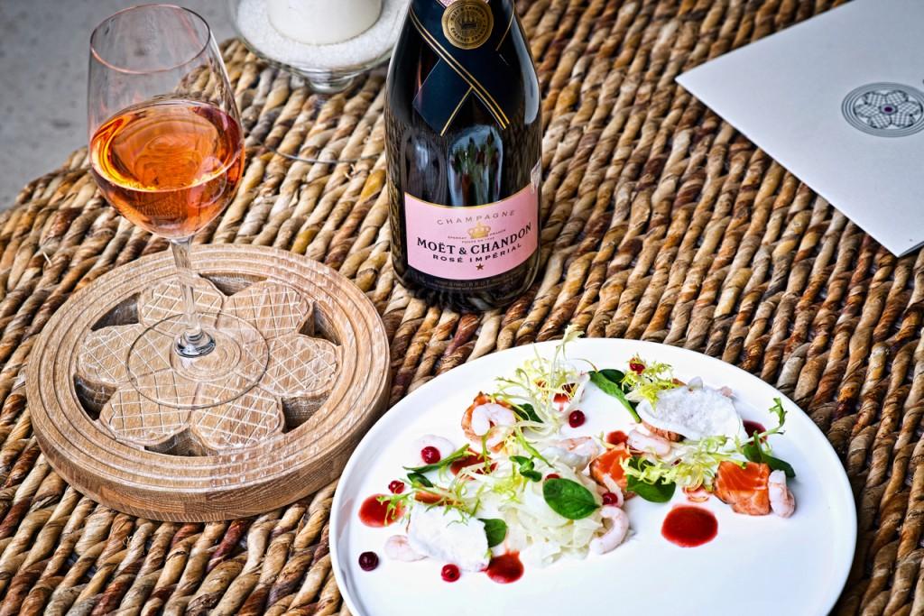 """Restorāns """"Le Dome""""- apsvilināta jūras foreles fileja ar Islandes garnelēm, fenheļa salātiem un jāņogu mērci. Šampanietis - """"Moët & Chandon"""" Rosé Brut"""
