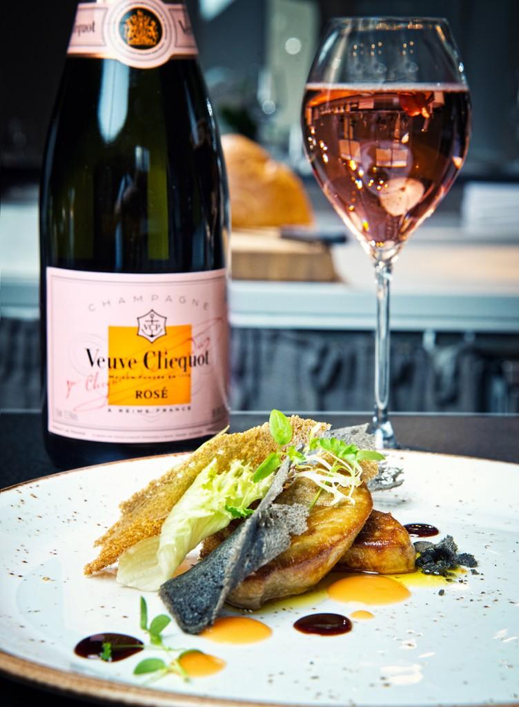 """Foie Gras, sarkano apelsīnu gēls, upeņu redukcija un tintes zivs tosts. Šampanietis - """"Veuve Clicquot"""" Rosé Brut"""