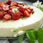 Zemeņu un baltās šokolādes siera kūka