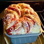 Brioša maize ar ievārījuma pildījumu